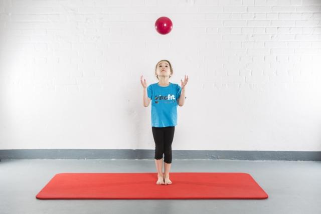 Ball hochwerfen und fangen