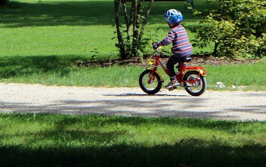 Ein Bild, das Gras, draußen, fahrend, Fahrrad enthält.  Automatisch generierte Beschreibung
